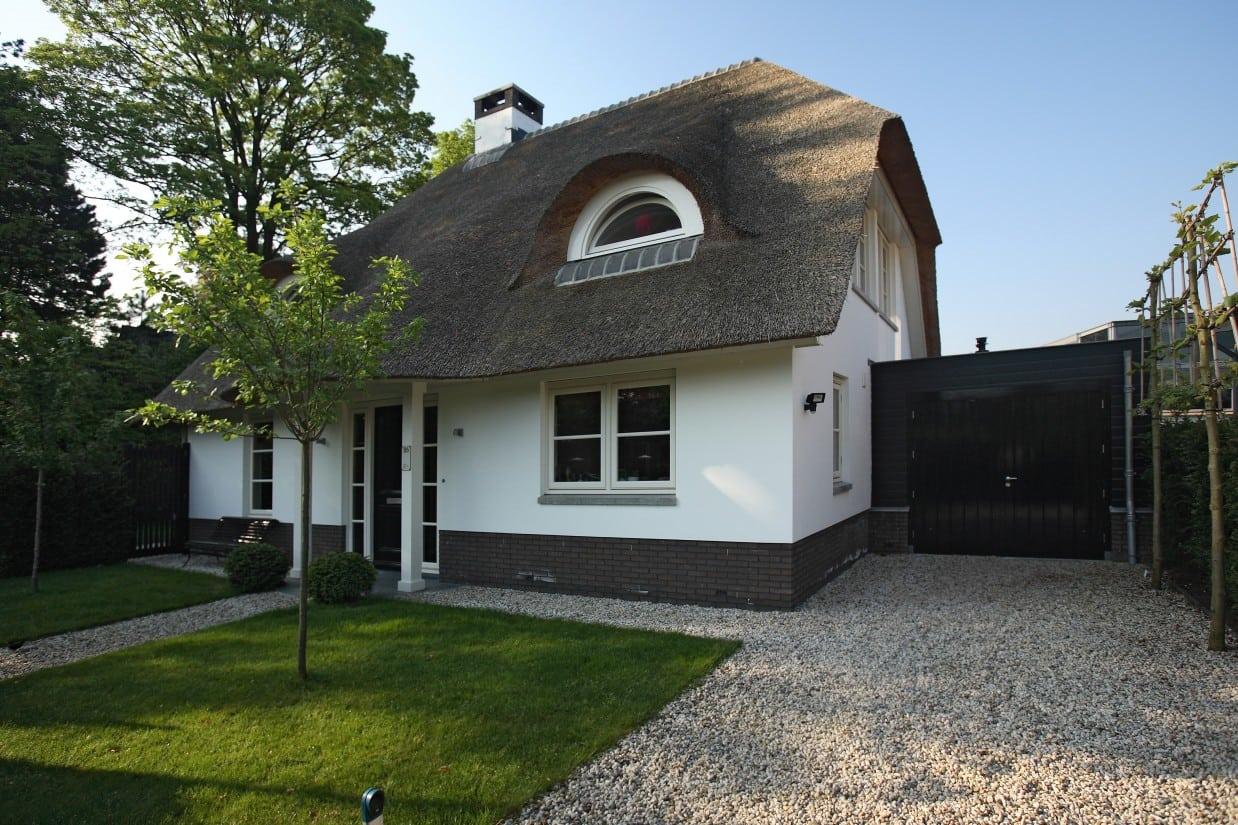 2. Rietgedekte villa bouwen, rietgedekte villa, wit gekeimd