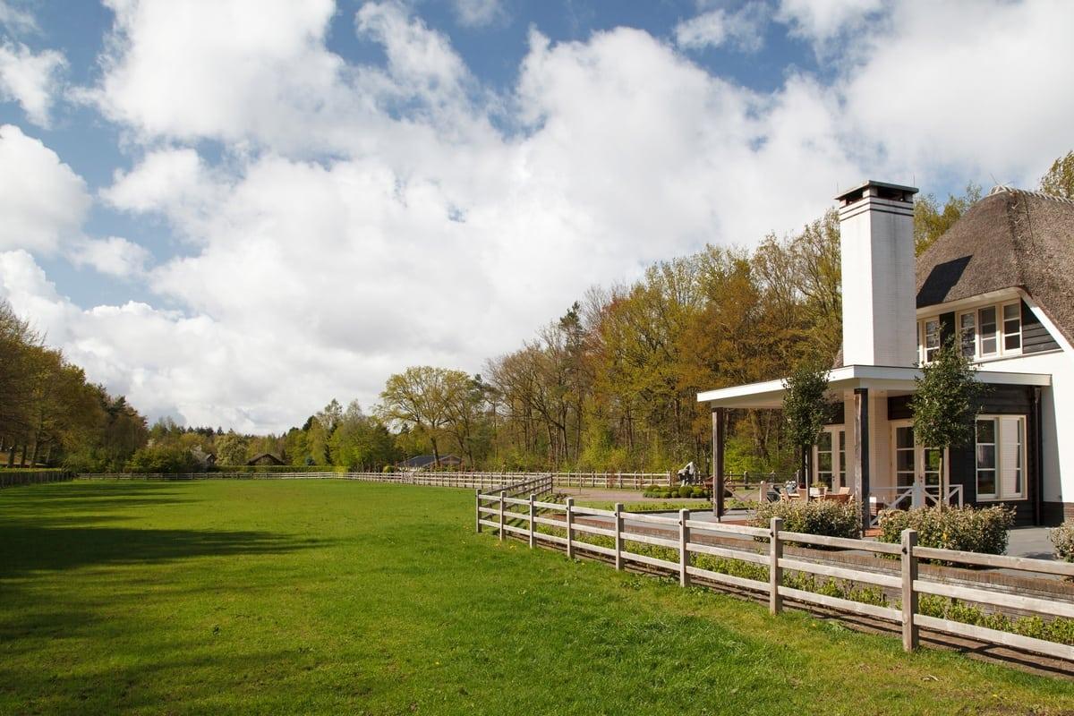 2. Rietgedekte villa bouwen, villa epe uitzicht achterzijde