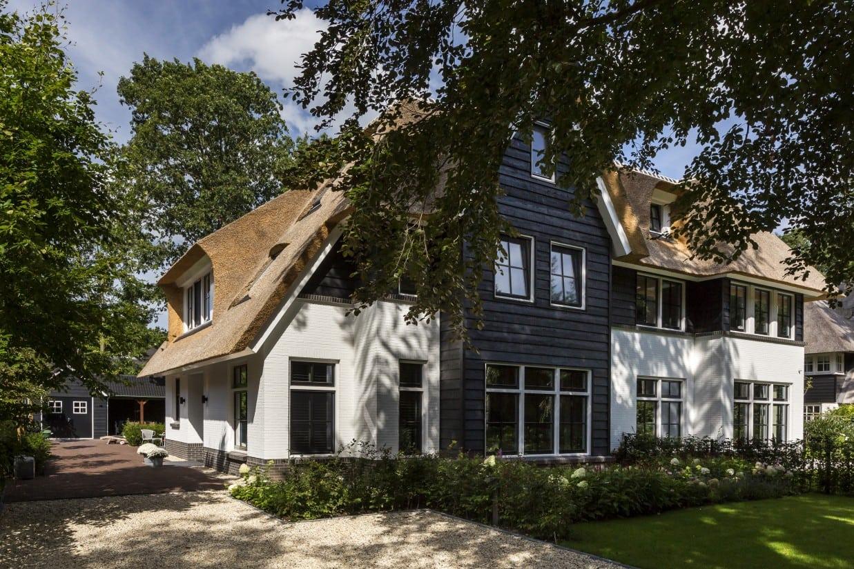 2. Rietgedekte villa bouwen, villa met gepotdekselde uitbouw