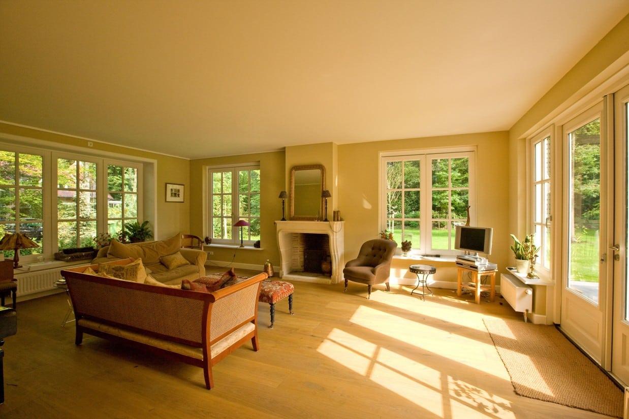 2. Rietgedekte villa bouwen, villabouw zeer strakke woonkamer met veel daglicht