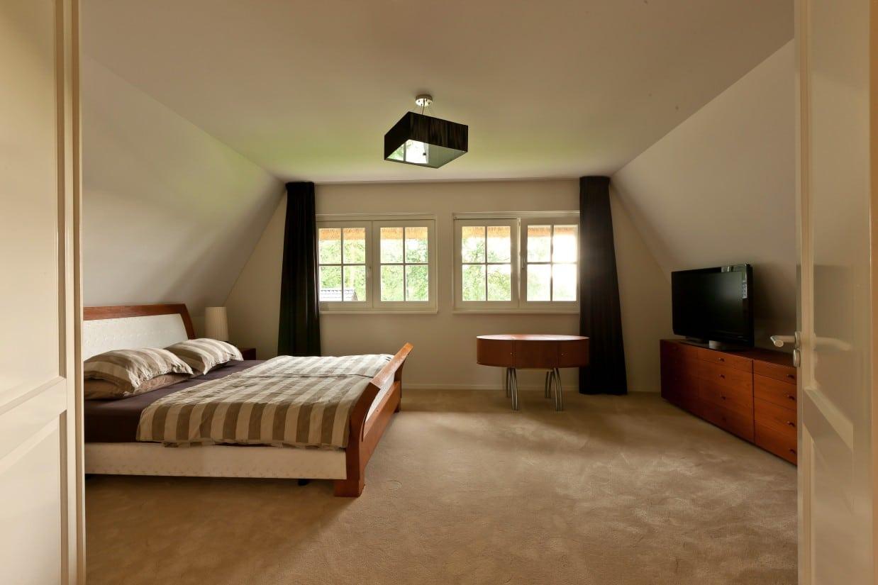 20. Rietgedekte villa bouwen, villabouw, mooie en ruime hoofdslaapkamer