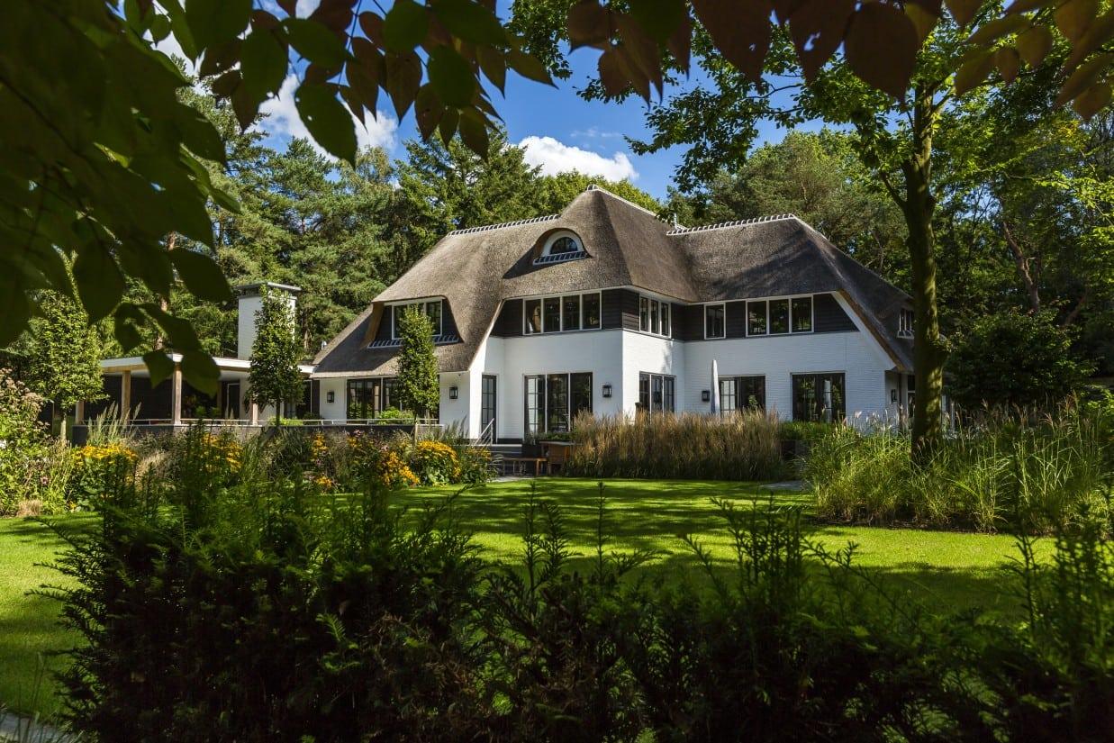 21. Rietgedekte villa bouwen, landhuis achterzijde rietgedekt