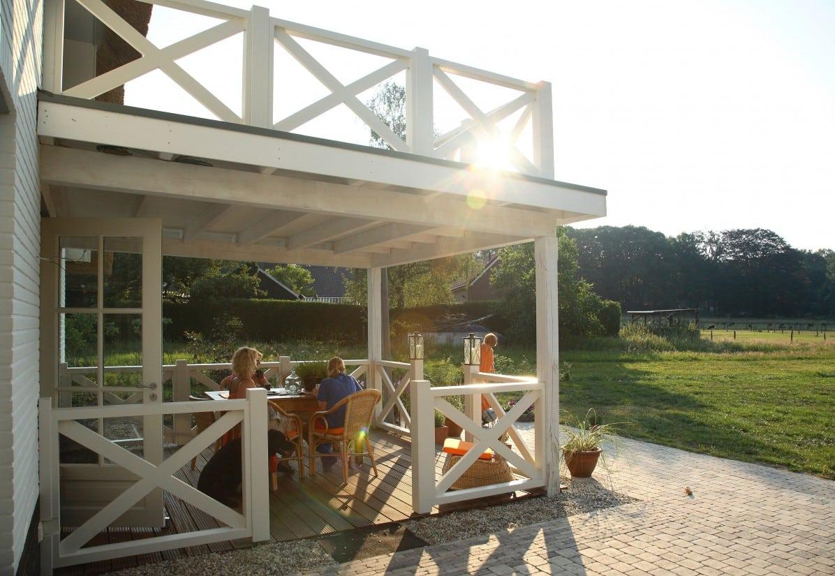 22. Rietgedekte villa bouwen, houten veranda te Lochem