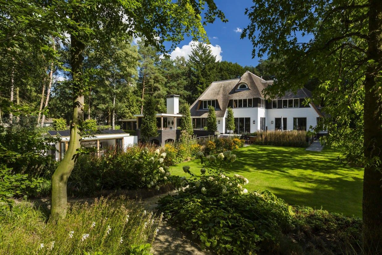 22. Rietgedekte villa bouwen, landhuis wit gekeimd achterzijde