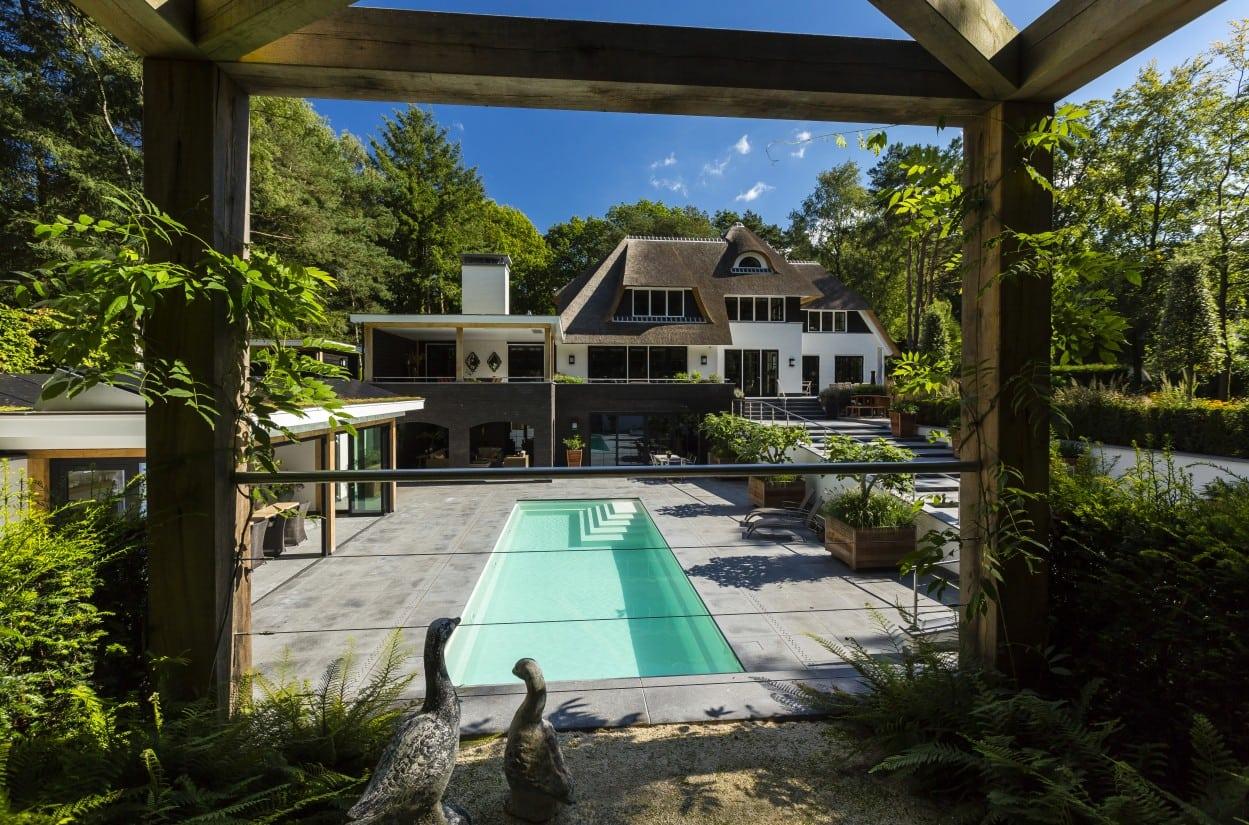 23. Rietgedekte villa bouwen, landhuis met zwembad en buitenkeuken