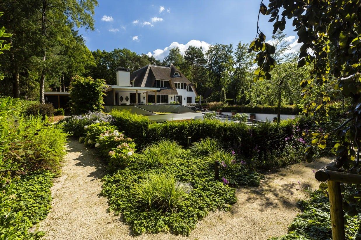 24. Rietgedekte villa bouwen, landhuis op ruime, bosrijke kavel