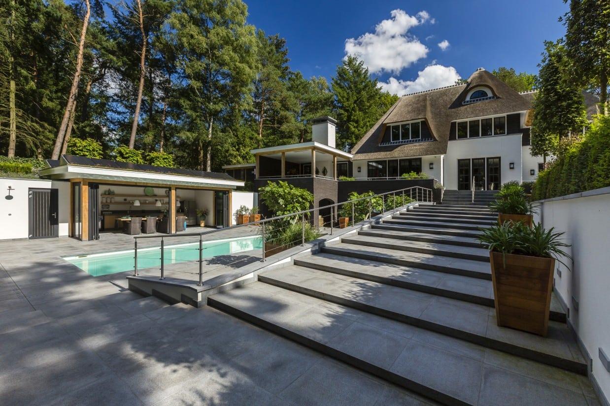 25. Rietgedekte villa bouwen, landhuis met grote trap naar zwembad