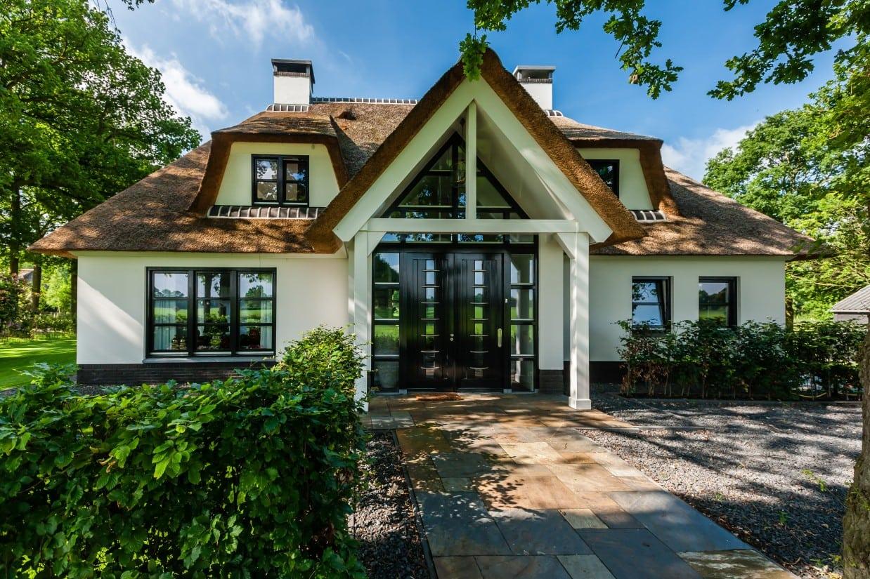 25. Rietgedekte villa bouwen, wit gekeimde villa