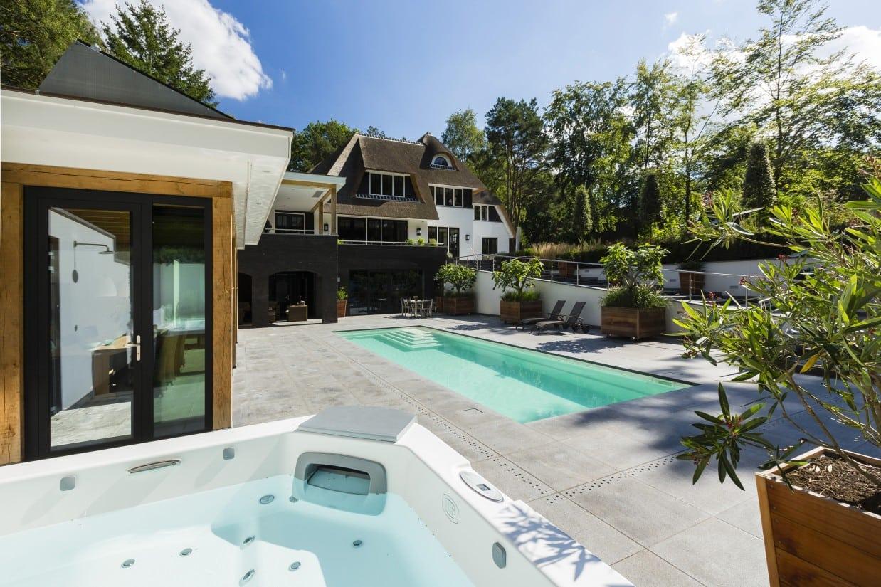 26. Rietgedekte villa bouwen, landhuis met bubbelbad en zwembad