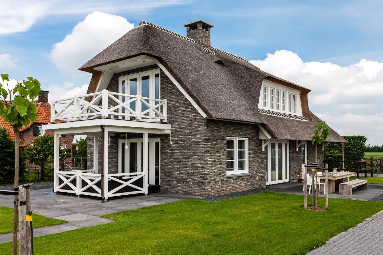 3. Rietgedekte villa bouwen, achter en zijgevel