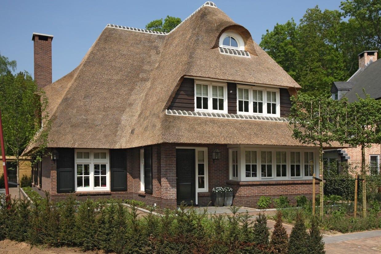 3. Rietgedekte villa bouwen, achtergevel van de prachtige villa te Zeist met schoorsteen