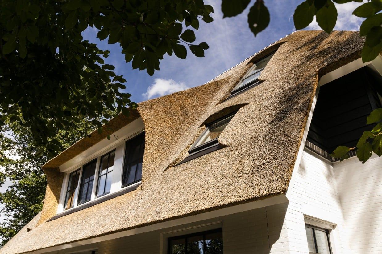 3. Rietgedekte villa bouwen, detail villa rietgedekt dak