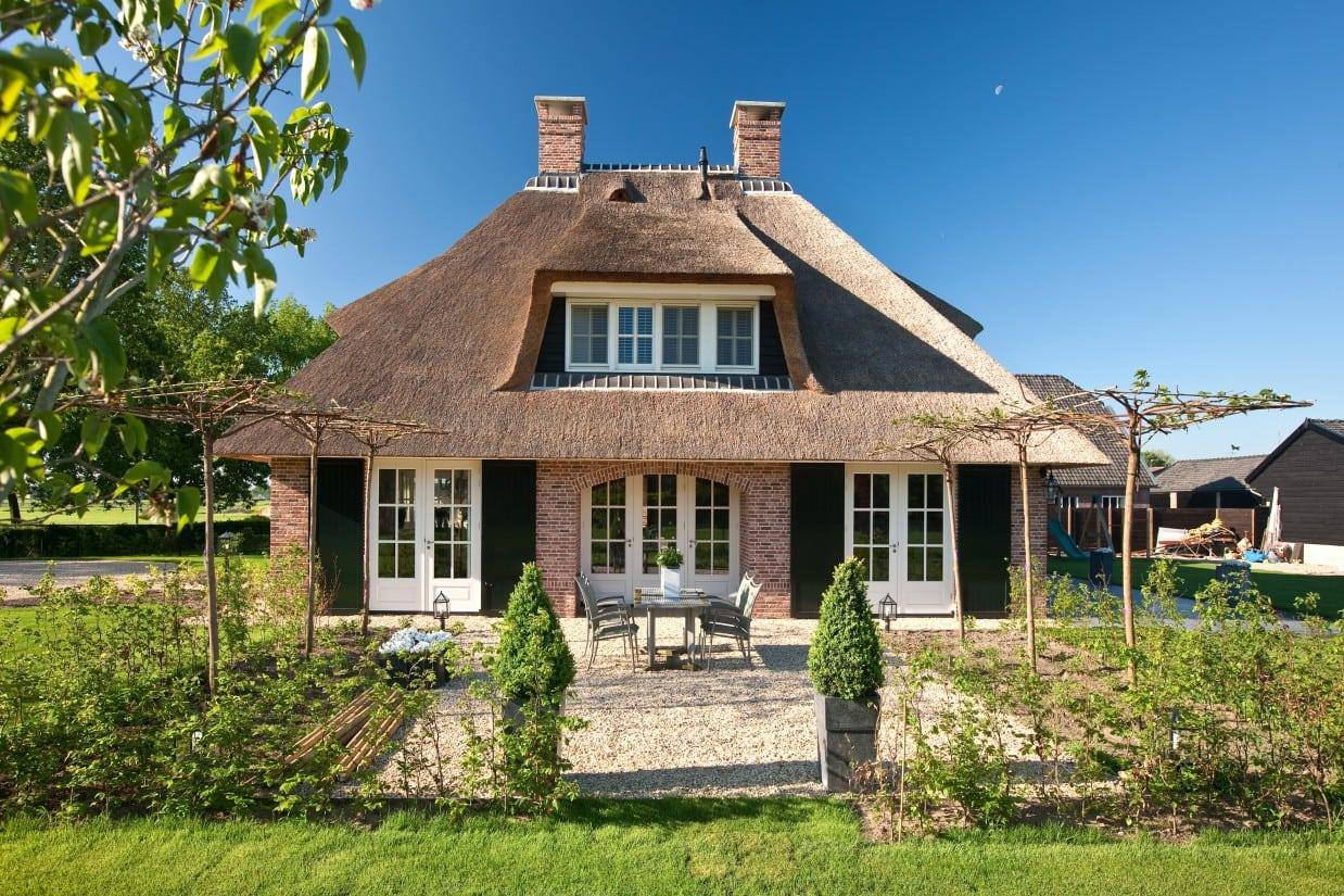 3. Rietgedekte villa bouwen, landhuis, terrasdeuren met grote hardhouten luiken