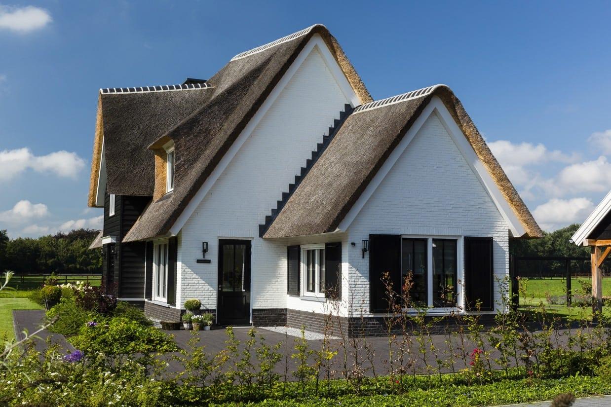 3. Rietgedekte villa bouwen, landhuis zijaanzicht