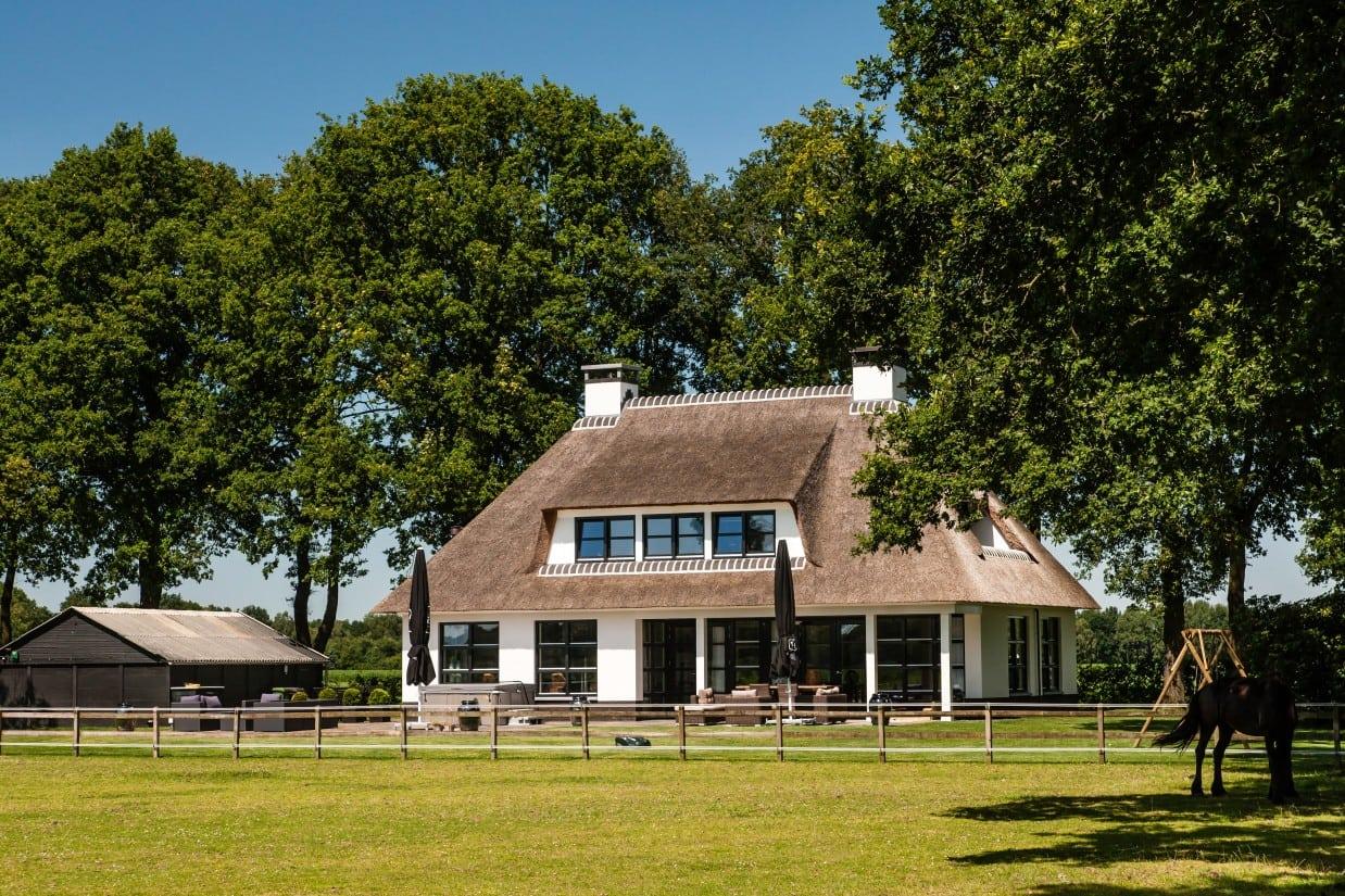 3. Rietgedekte villa bouwen, omgeving villa te Laren