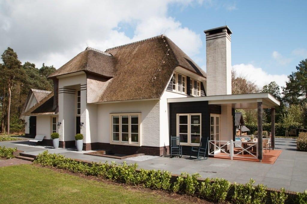 3. Rietgedekte villa bouwen, villa epe veranda vooraanzicht