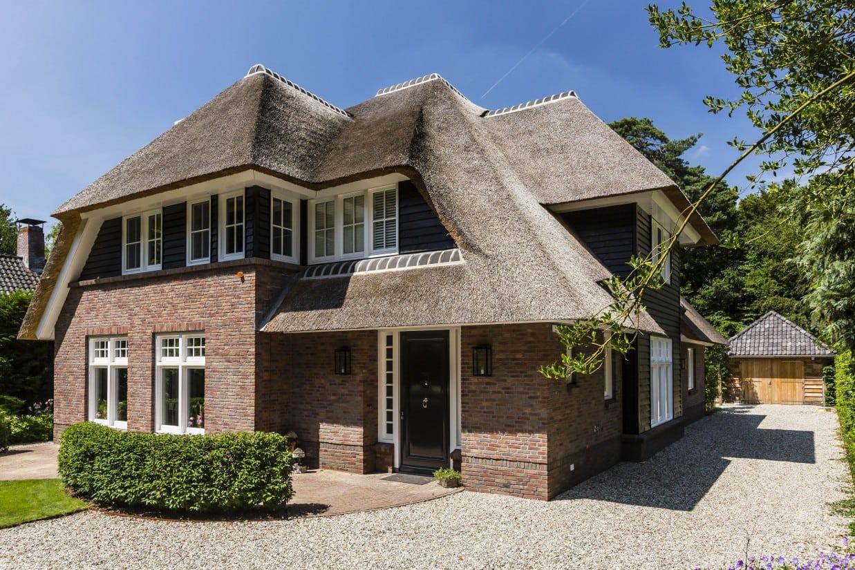 3. Rietgedekte villa bouwen, villa met rode baksteen