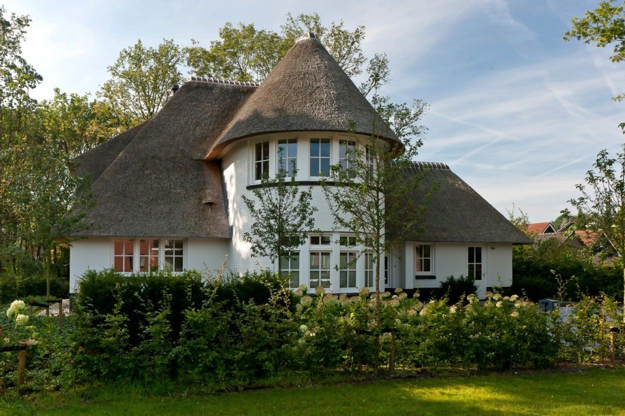 3. Rietgedekte villa bouwen, villabouw, wit gekeimd