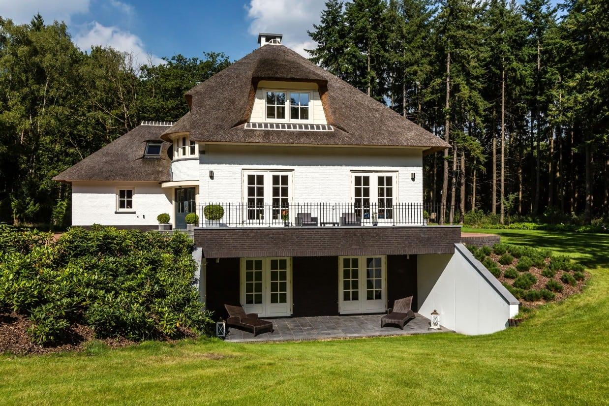 3. Rietgedekte villa bouwen, rietgedekt huis met gekeimd metselwerkin Leersum