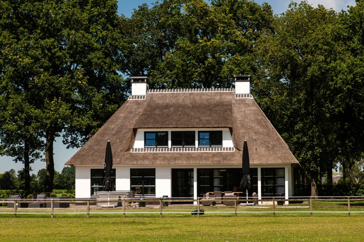 4. Rietgedekte villa bouwen, groot dakkapel
