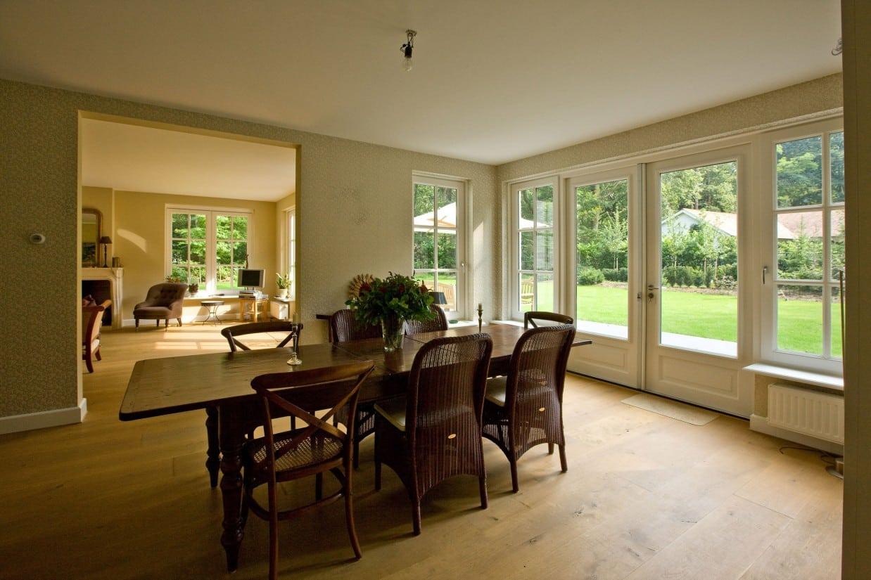 4. Rietgedekte villa bouwen, keuken met open doorgang naar woonkamer betreft villabouw