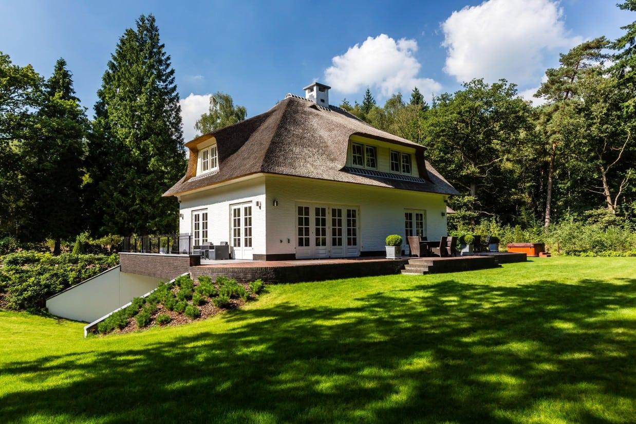4. Rietgedekte villa bouwen, landhuis met groot terras