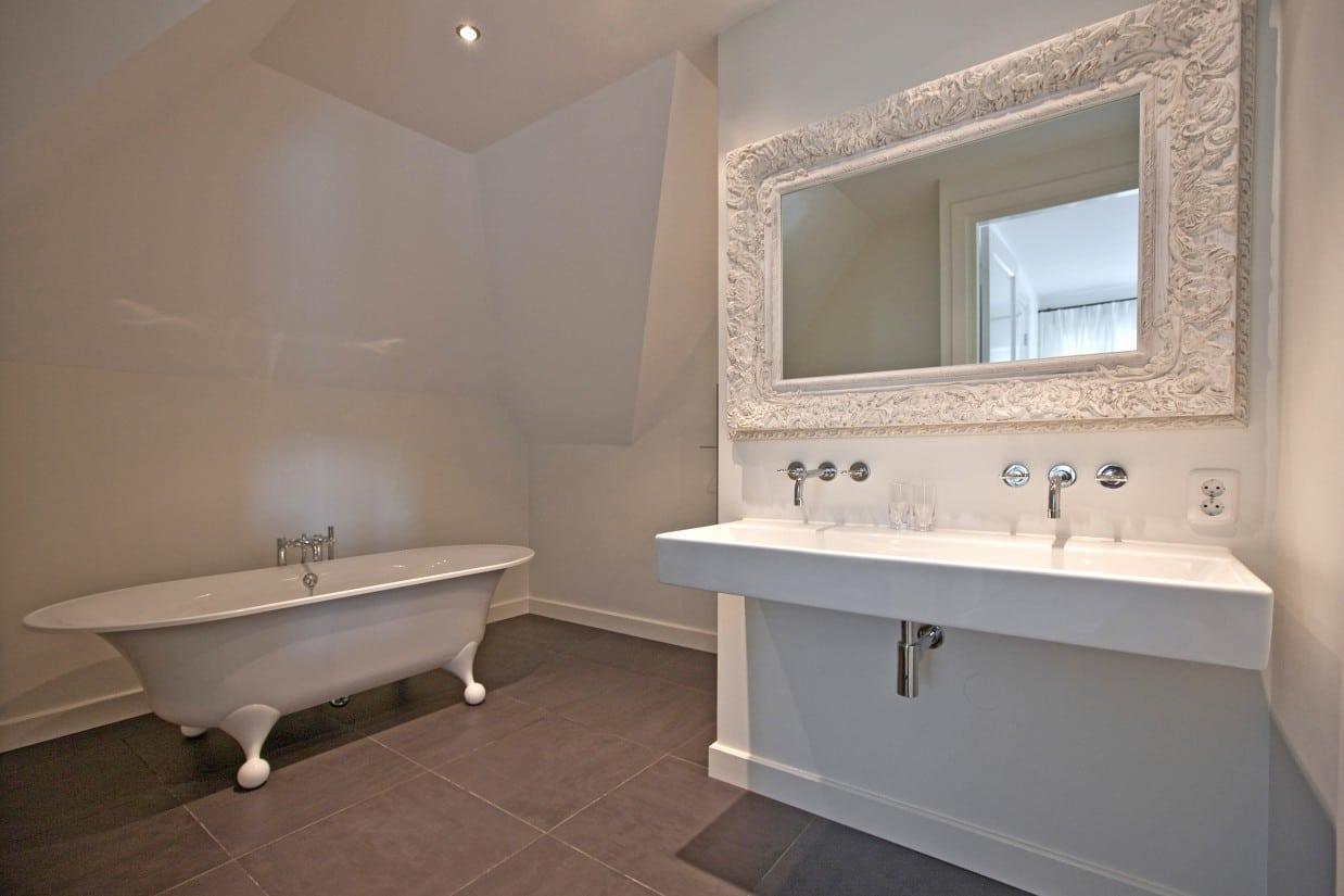 4. Rietgedekte villa bouwen, mooie ruime badkamer met zeer luxe afwerking