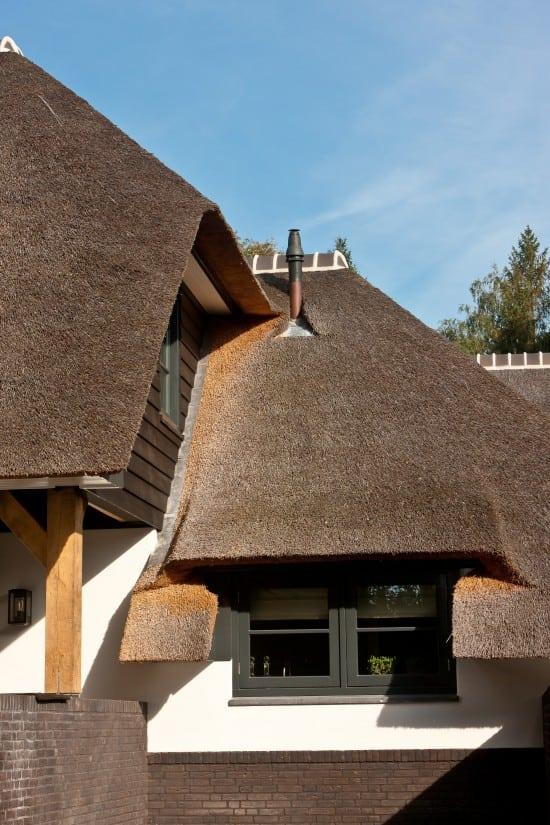 4. Rietgedekte villa bouwen, prachtig detail, rietwerk, douglas delen, wit gekeimd, overstek, metselwerk