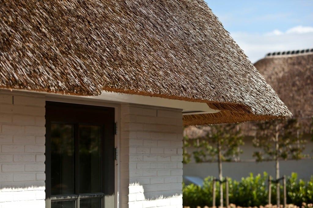 4. Rietgedekte villa bouwen, prachtig detail, zo wil iedereen hunhaar droomhuis toch afgewerkt hebben, acrchitectuur.