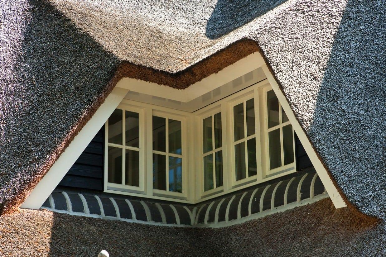 4. Rietgedekte villa bouwen, rieten dakkapel, prachtig afgewerkt