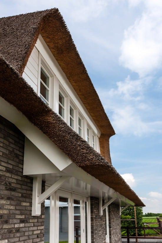 4. Rietgedekte villa bouwen, rietgedekte dakkapel