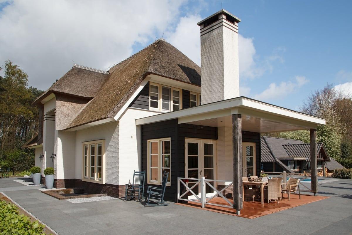 4. Rietgedekte villa bouwen, villa epe veranda