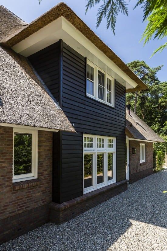 4. Rietgedekte villa bouwen, villa met uitbouw douglas hout