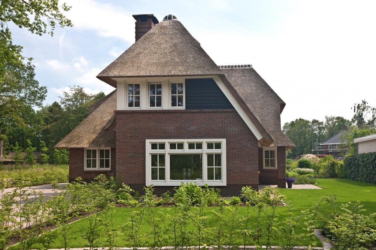 4. Rietgedekte villa bouwen, vooraanzicht villa, beukenhaag