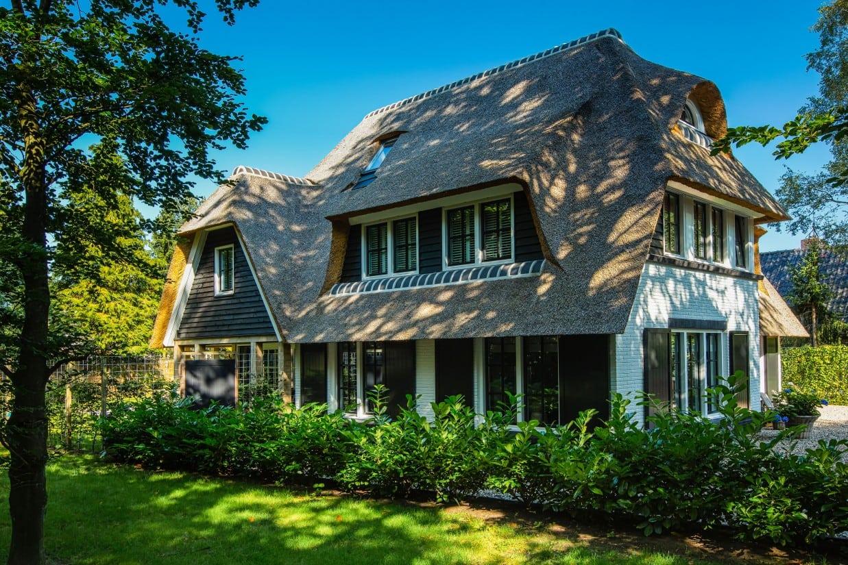 4. Rietgedekte villa bouwen, zijgevel met dakkapel