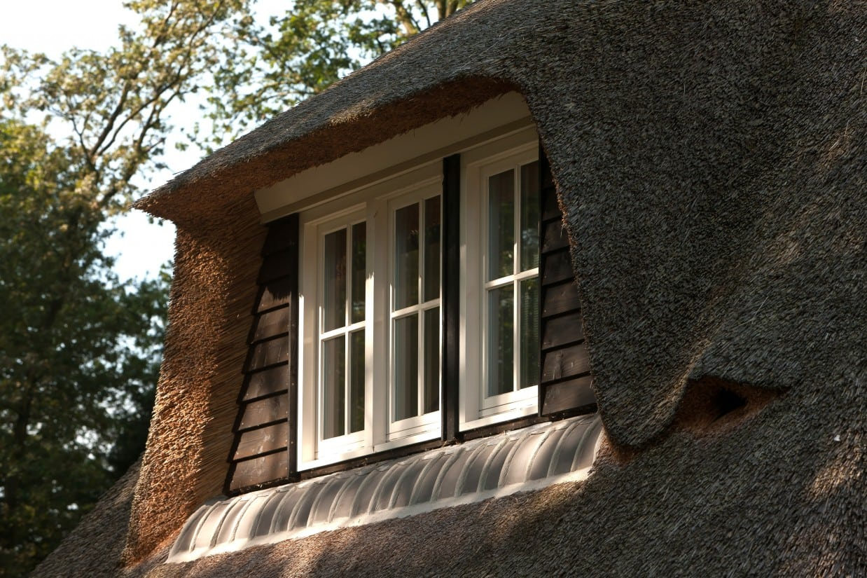 5. Rietgedekte villa bouwen, dakkapel met douglas delen, rieten dakbedekking