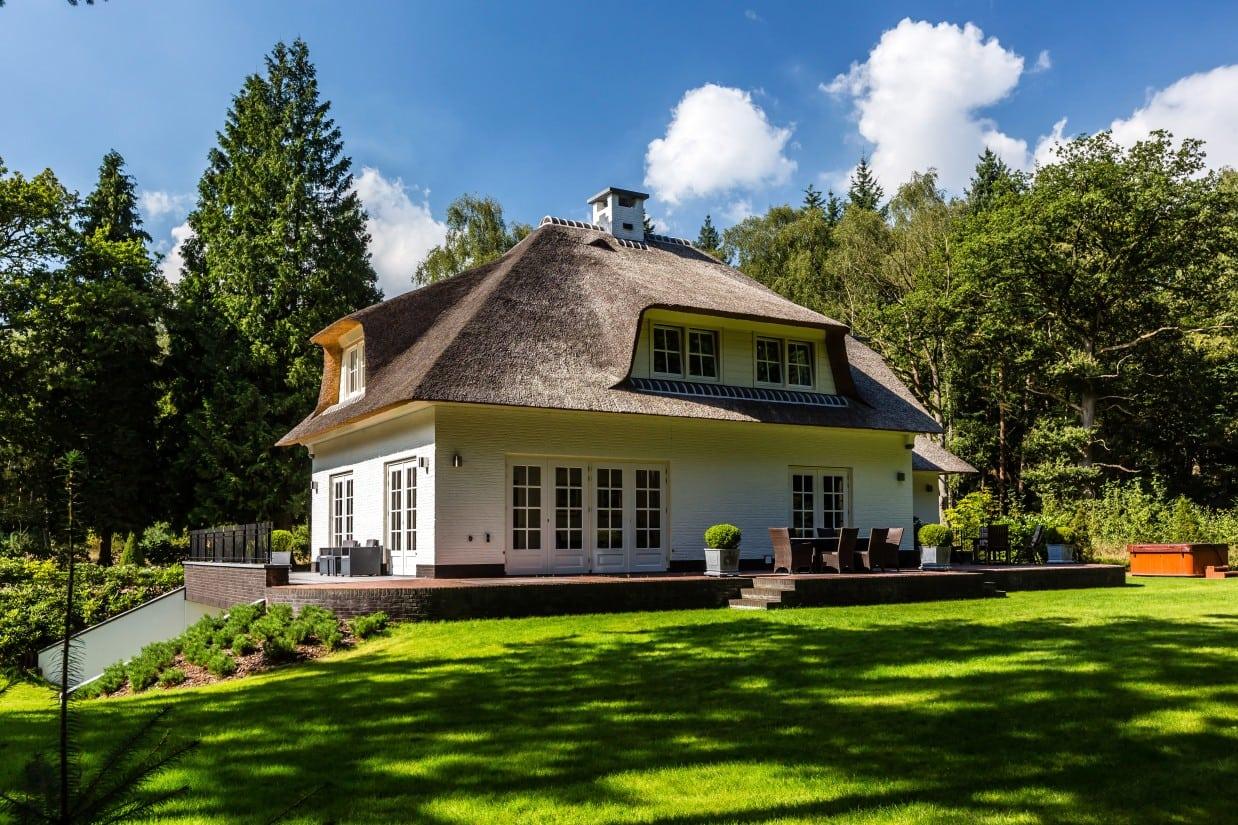 5. Rietgedekte villa bouwen, huis met terrasdeuren