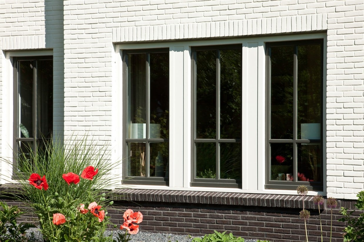 5. Rietgedekte villa bouwen, kozijn detail met glasroedes afgewerkt