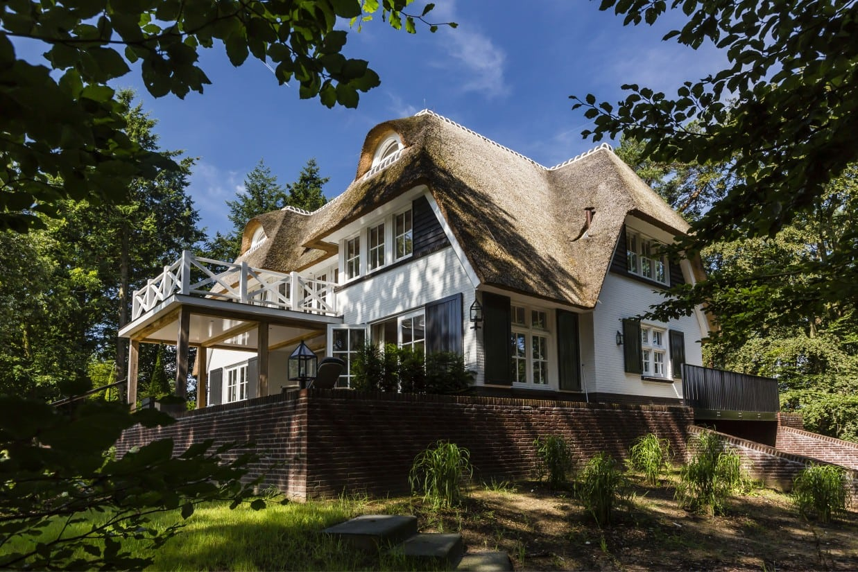 5. Rietgedekte villa bouwen, landhuis met keimwerk en rietenkap