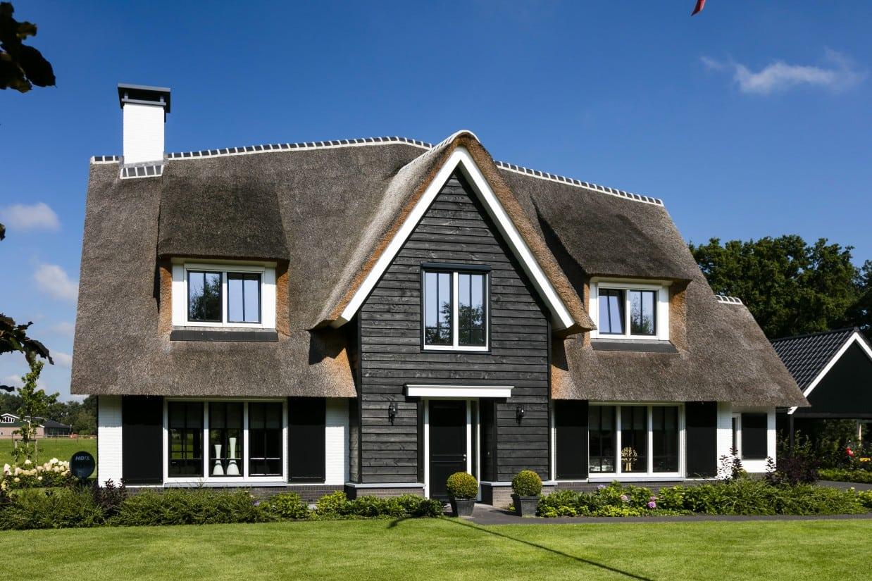 5. Rietgedekte villa bouwen, landhuis rietgedekt voorzijde