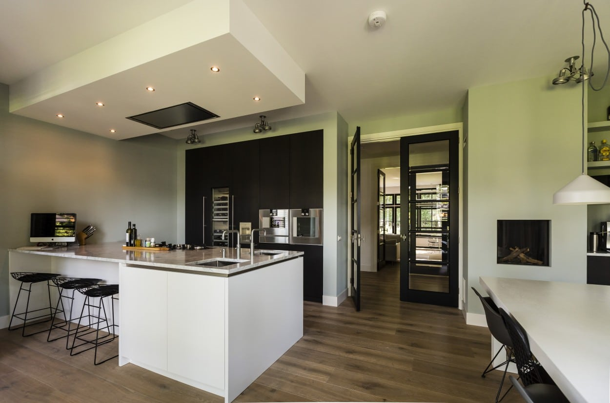 5. Rietgedekte villa bouwen, modern vormgegeven keuken villa Zeist
