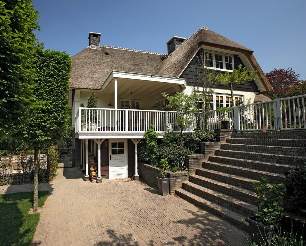 5. Rietgedekte villa bouwen, prachtige rietgedekte villa met verschillende bouwhoogtes te Huizen
