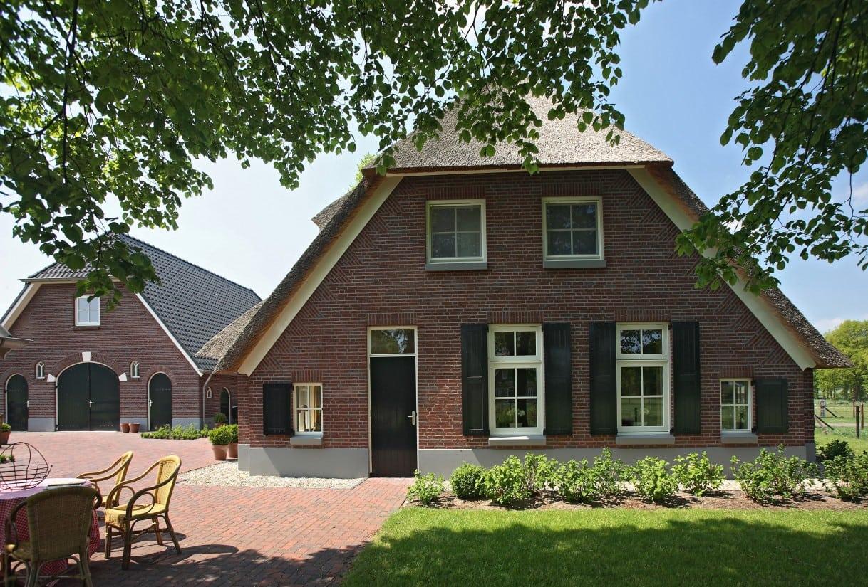 5. Rietgedekte villa bouwen, straatbeeld in de wijk buitenaf in Rijssen