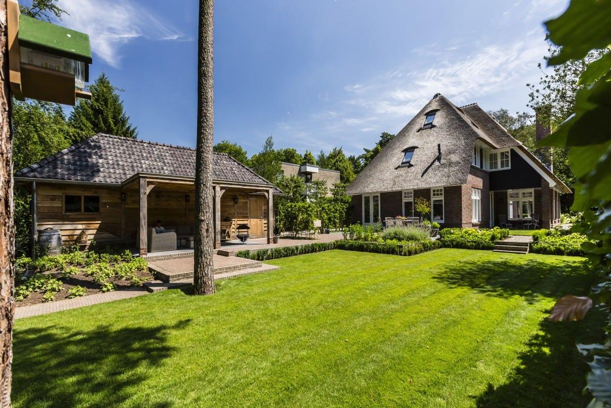 5. Rietgedekte villa bouwen, villa met eiken veranda in Bilthoven