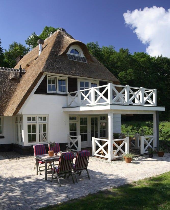 5. Rietgedekte villa bouwen, villa met prachtige veranda en dakterras