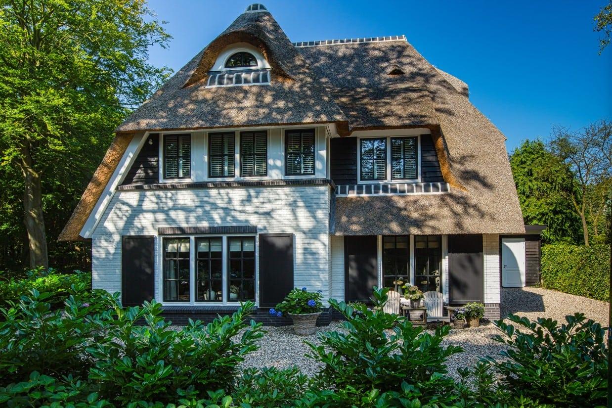 5. Rietgedekte villa bouwen, voorgevel met ronde dakkapel