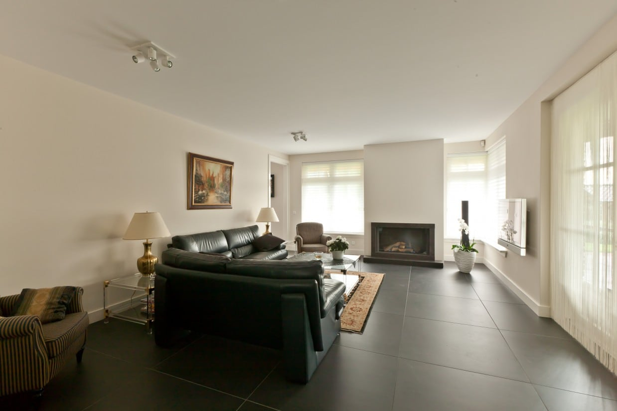 5. Rietgedekte villa bouwen, woonkamer, gestukadoord