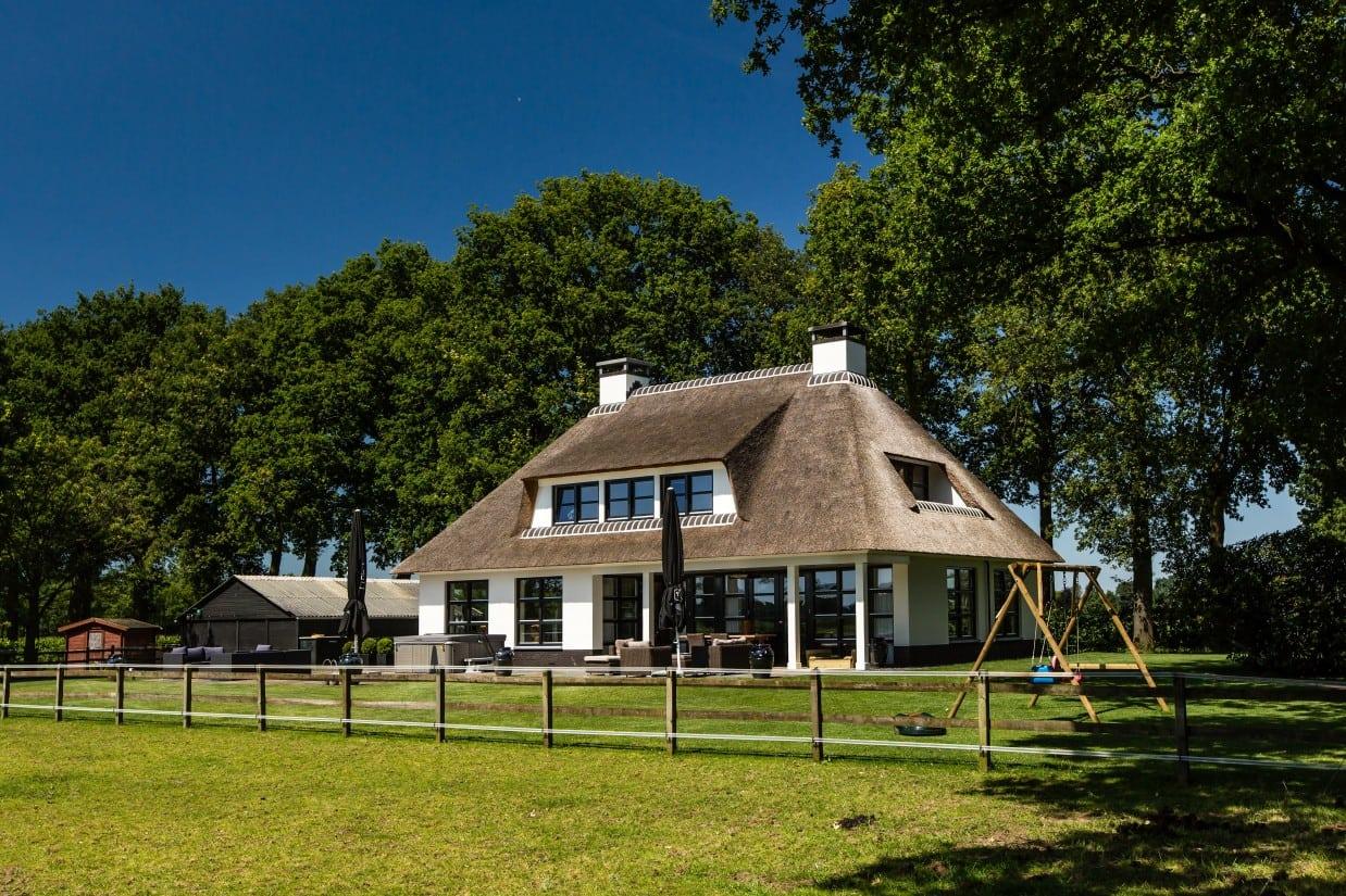 6. Rietgedekte villa bouwen, achter- en zijgevel