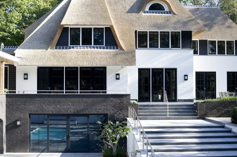 6. Rietgedekte villa bouwen, achteraanzicht landhuis Veluwe