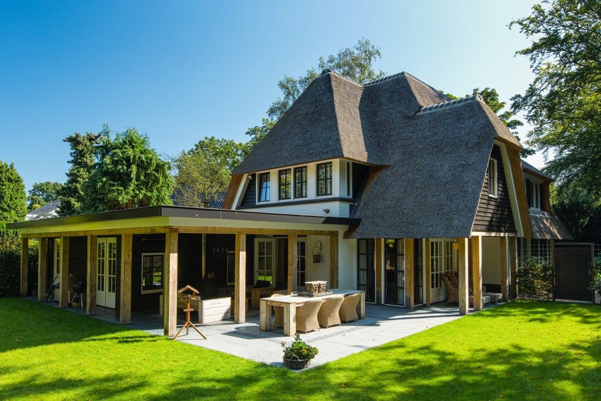 6. Rietgedekte villa bouwen, groot deels overkapt terras